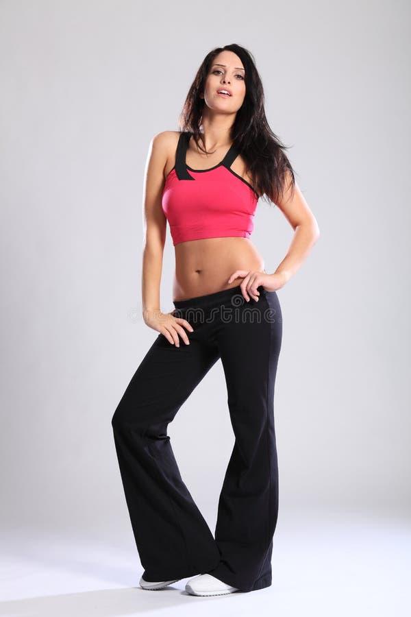 Le beau jeune femme dans la forme physique folâtre l'équipement de soutien-gorge photos libres de droits