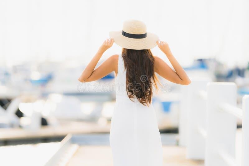 Le beau jeune sourire asiatique de loisirs de femme de portrait heureux détendent autour du port de yacht images libres de droits