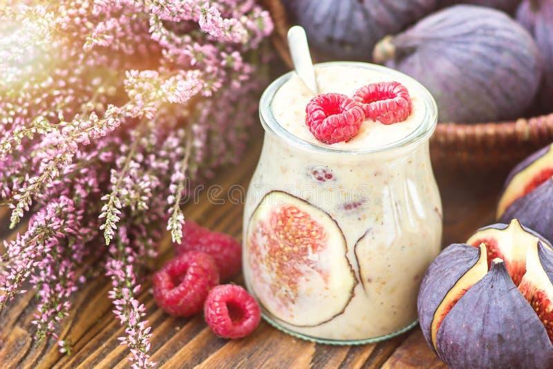 Le beau lait de poule sain de smoothie de fruit de figues d'apéritif dans le pot en verre a décoré la vue supérieure de framboise images libres de droits