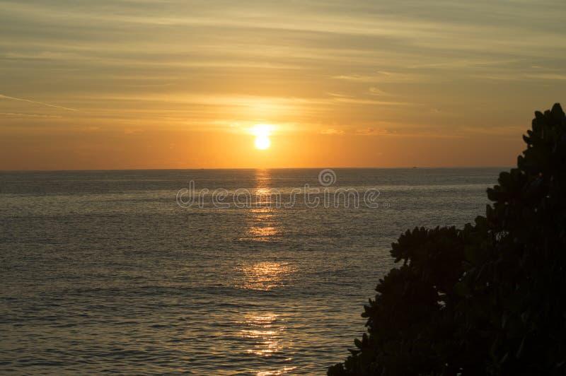 Le beau lever de soleil orange au-dessus de l'Océan Atlantique image libre de droits