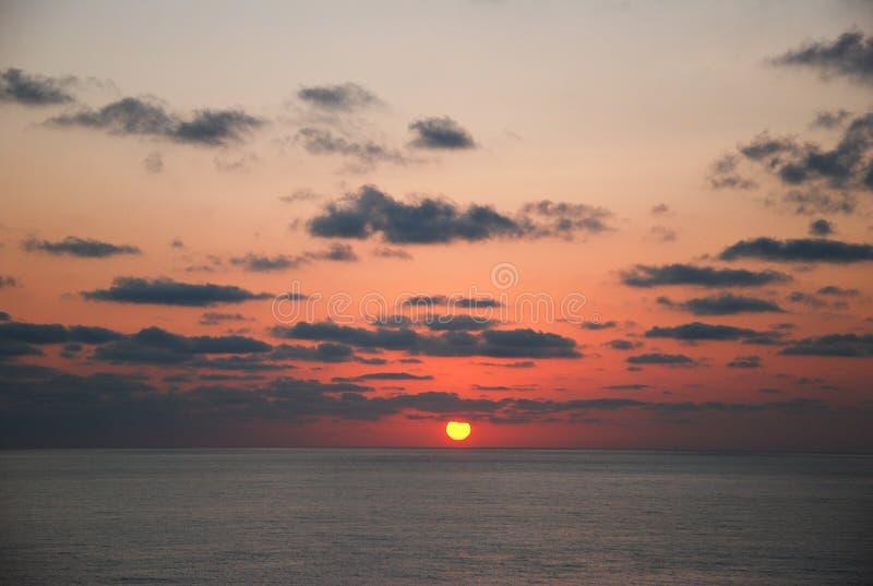 Le beau lever de soleil sur la mer images libres de droits