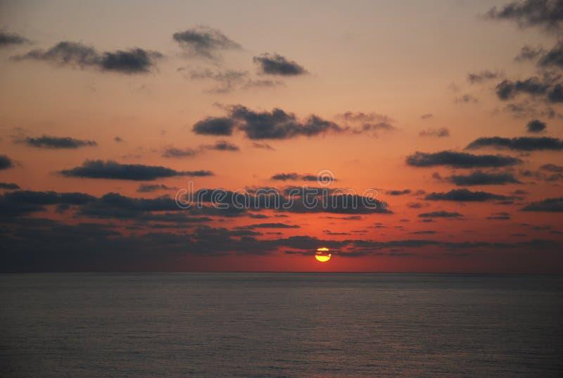 Le beau lever de soleil sur la mer photographie stock libre de droits