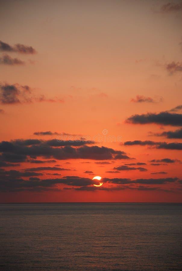 Le beau lever de soleil sur la mer photos stock