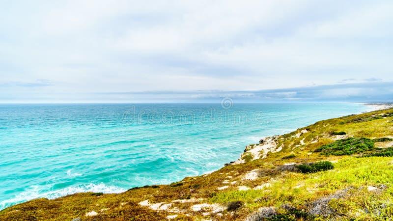 Le beau littoral de la baie fausse le long de Baden Powell Drive entre Macassar et Muizenberg près de Cape Town photos stock
