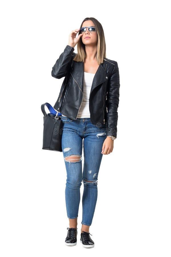Le beau mannequin dans le style occasionnel de rue vêtx avec des lunettes de soleil recherchant image libre de droits