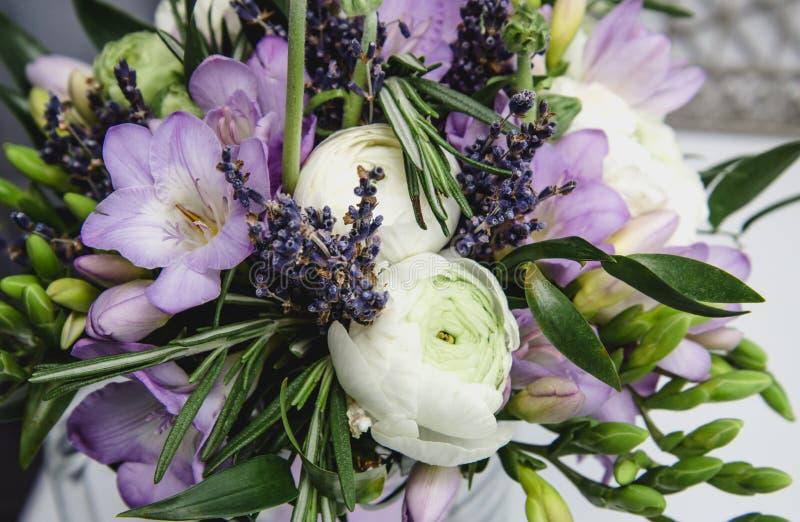 Le beau mariage de bouquet de ressort fleurit le ranunculus de renoncule, fresia, fond de nature de lavande Couleurs en pastel po photos libres de droits