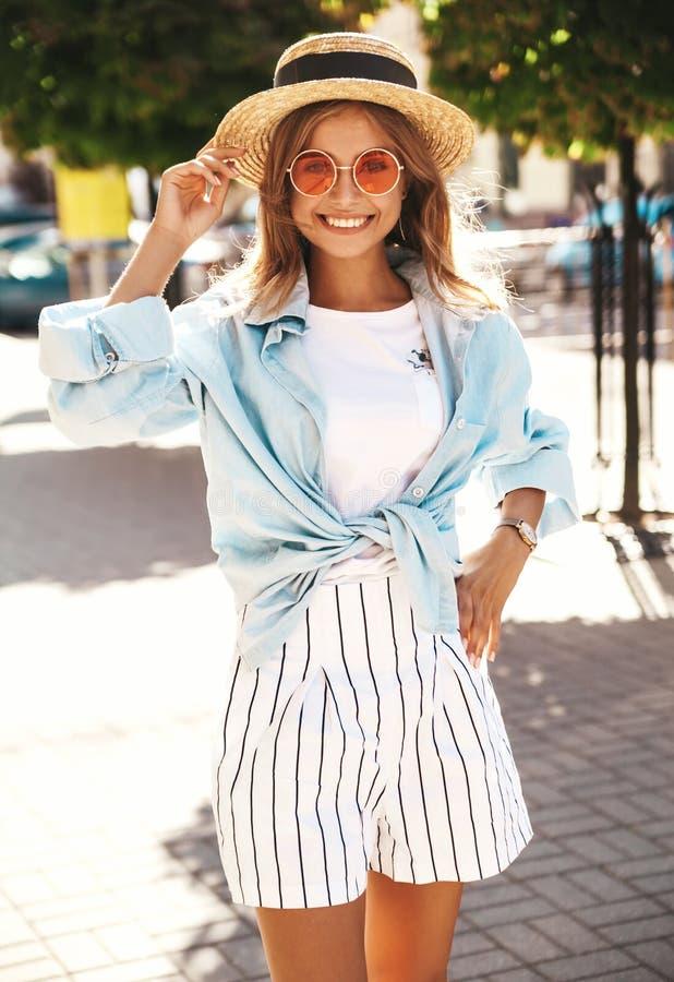 Le beau modèle blond de sourire mignon d'adolescent dans le hippie d'été vêtx photo libre de droits