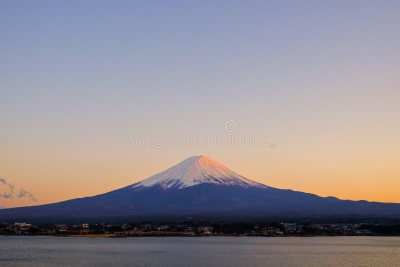 Le beau mont Fuji avec la neige a couvert et ciel bleu au kawaguchiko de lac, Japon photographie stock