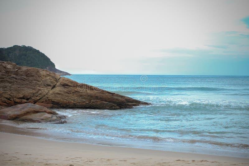 Le beau paysage avec une grande pierre et une plage image libre de droits