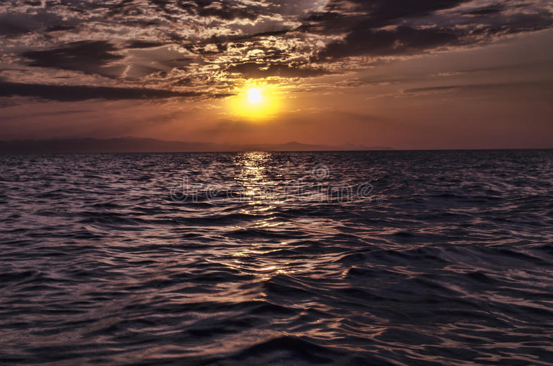 Le beau paysage de flambage de coucher du soleil en mer la Mer Caspienne et le ciel orange au-dessus de lui avec la réflexion d'o photo stock