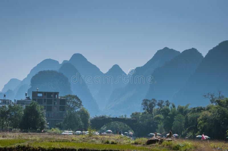 Le beau paysage de montagnes en été image libre de droits