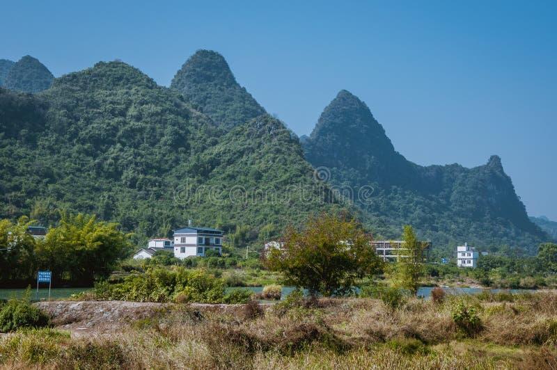 Le beau paysage de montagnes en été photos stock