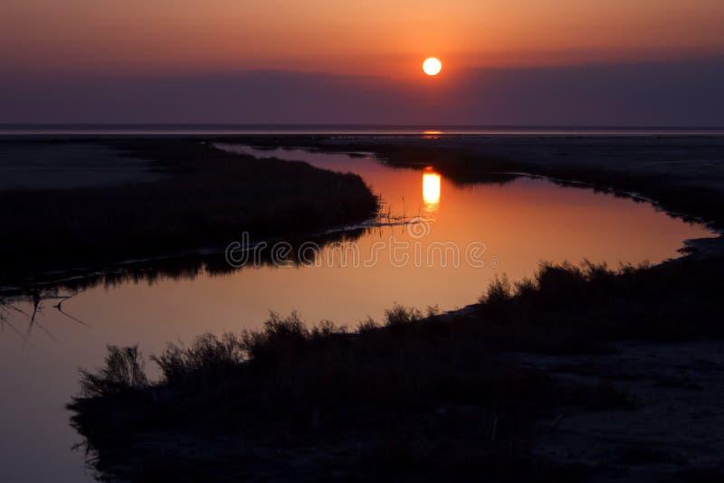 Le beau paysage de nature, le soleil a réfléchi sur l'eau au coucher du soleil images stock