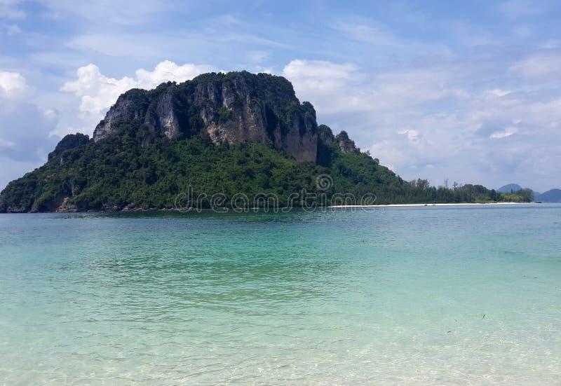 Le beau paysage marin de l'île célèbre, l'eau verte clair comme de l'eau de roche de turquoise et le sable blanc tropical échouen photos libres de droits