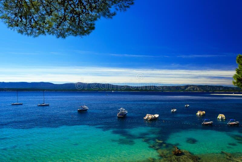 Le beau paysage marin sur la baie adriatique avec les yachts et le rat de Zlatni soit photographie stock libre de droits