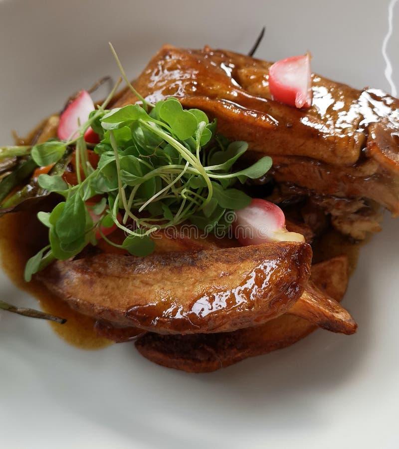 Le beau plat/repas délicieux de porc a servi avec le style photo stock
