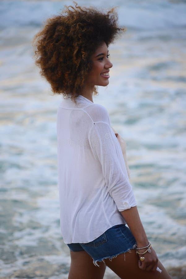 Le beau portrait de femme avec les cheveux Afro détendent au coucher du soleil sur photo stock