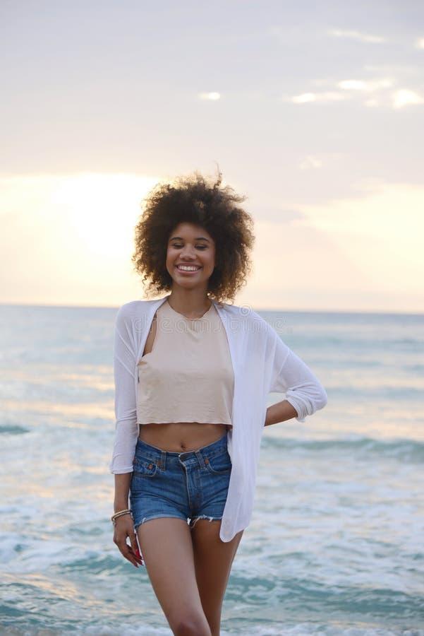 Le beau portrait de femme avec les cheveux Afro détendent au coucher du soleil sur image libre de droits