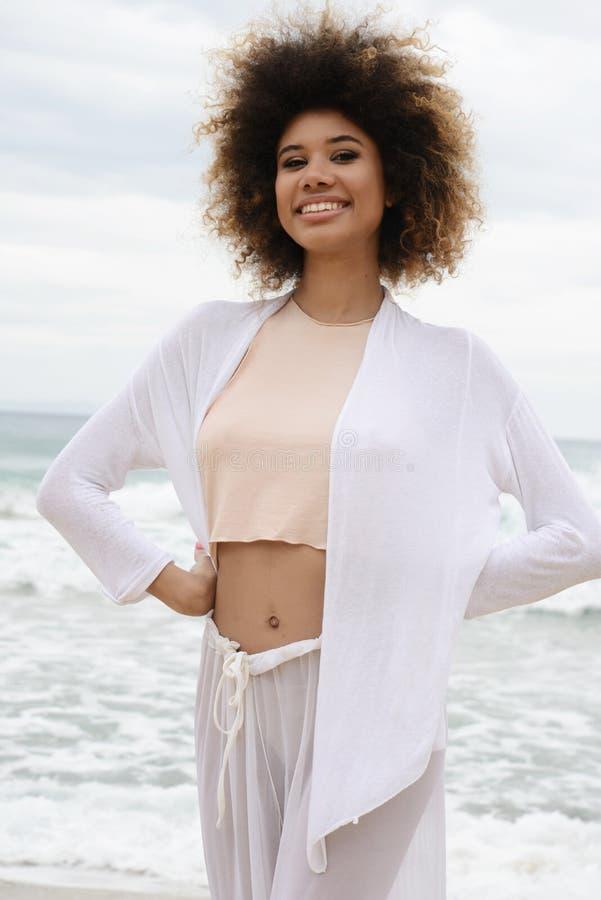 Le beau portrait de fille avec les cheveux Afro et la robe de blanc détendent dessus photographie stock libre de droits