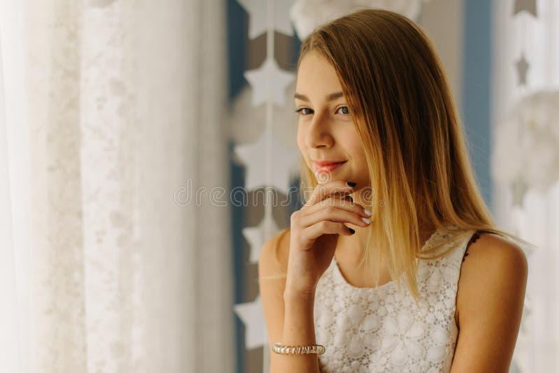 Le beau portrait en gros plan de l'adolescente blonde de sourire images libres de droits