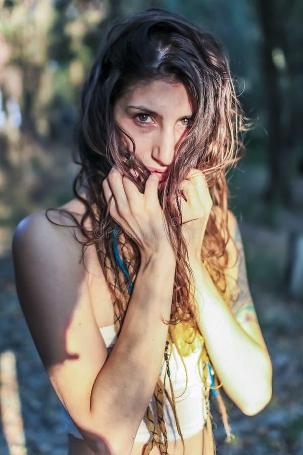 Le beau regard païen de femme a effrayé dans la forêt image stock