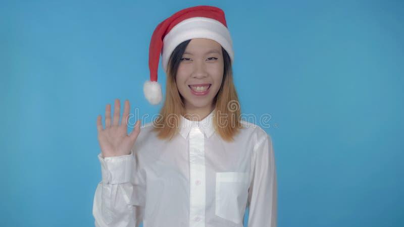 Le beau temps femelle coréen de Noël montre le signe salut images libres de droits
