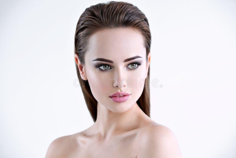 Le beau visage d'une gentille jeune femme regarde loin image libre de droits