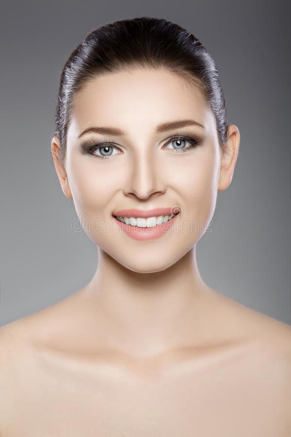 Le beau visage de la femme avec des yeux bleus et nettoient la peau fraîche Portrait de station thermale image stock