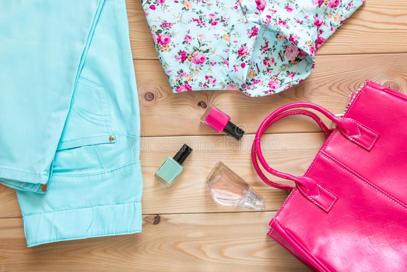 le beaux habillement et accessoires élégants du ` s de femmes ont placé la vue supérieure images stock