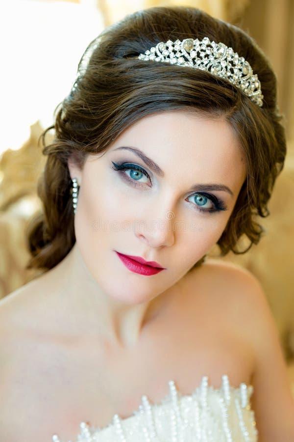 le beaux maquillage et coiffure de mariage de portrait de jeune mari e de brune avec le diamant. Black Bedroom Furniture Sets. Home Design Ideas