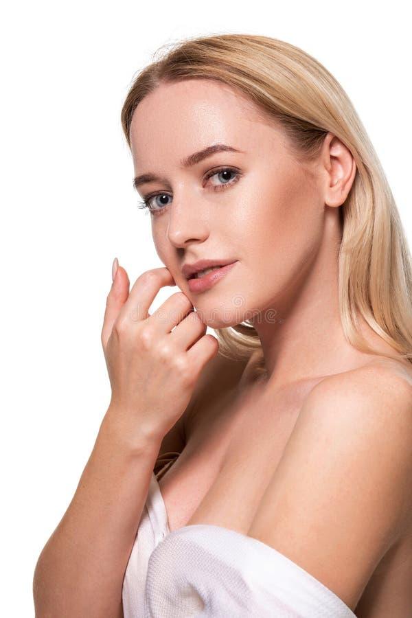 Le beaux visage de la jeune femme blonde avec la peau fraîche propre et naturels composent sur le fond blanc images libres de droits