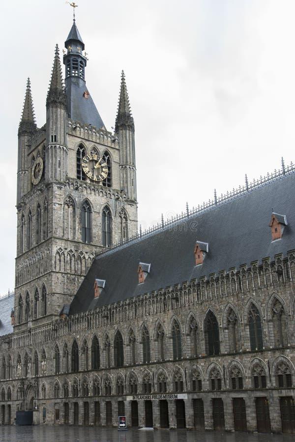 Le beffroi de Ypres avec la Flandre met en place le musée. image libre de droits