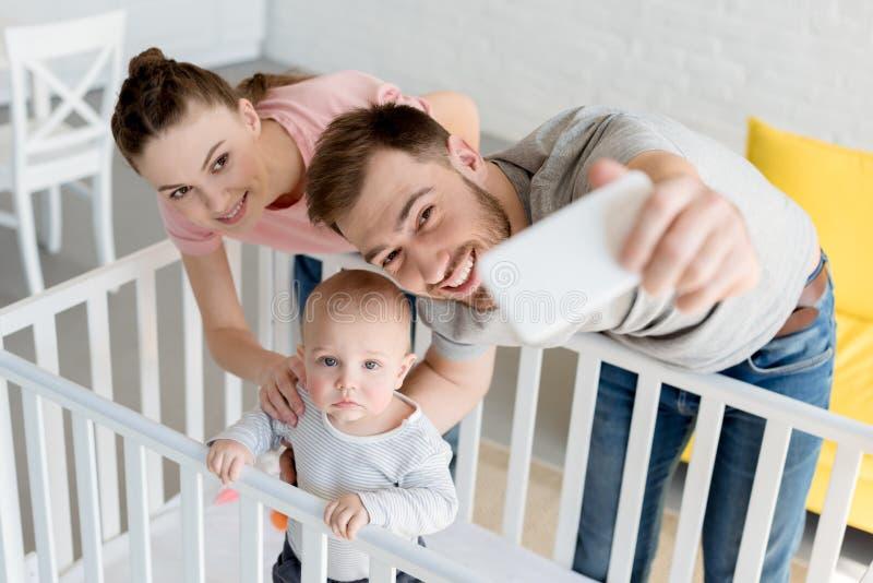 le behandla som ett barn föräldrar som tar selfie med sonen in, lathunden royaltyfria foton
