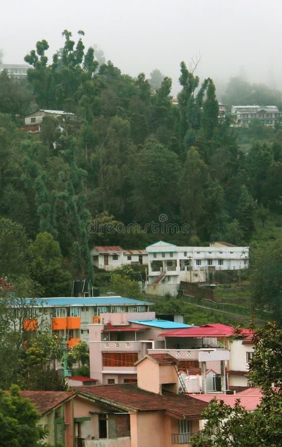 Le bei case ed alberi sul kodaikanal visitano il posto immagini stock