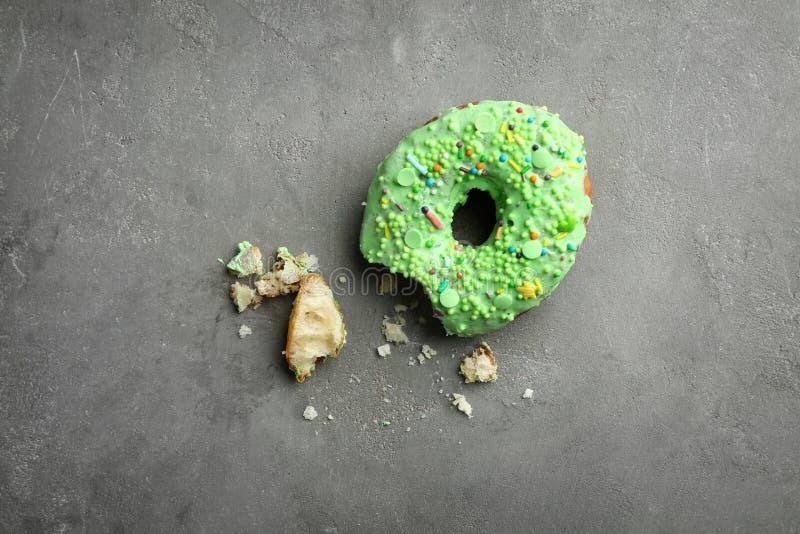 Le beignet vert avec arrose photos libres de droits