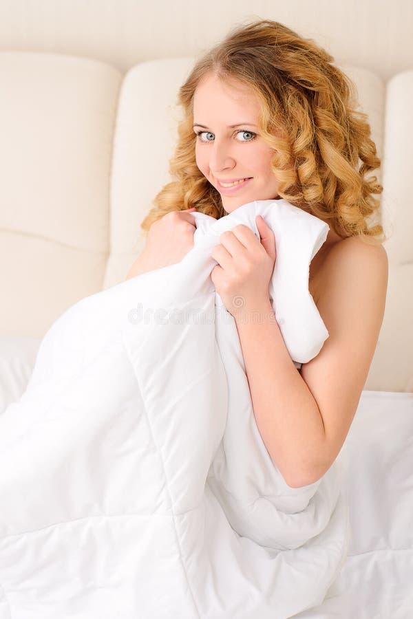 Le beläggning för ung kvinna med filten royaltyfria foton