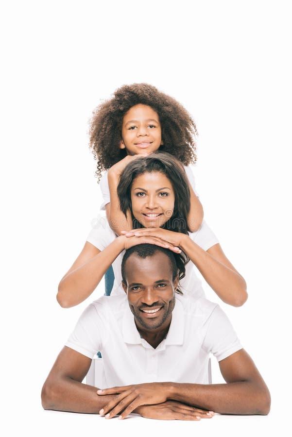 le bel afro-américain heureux parents avec la fille souriant à l'appareil-photo images libres de droits