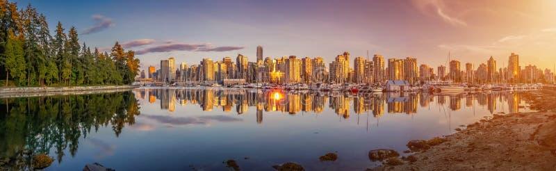 Le bel horizon et le port de Vancouver avec le coucher du soleil idyllique rougeoient, Colombie-Britannique, Canada images stock