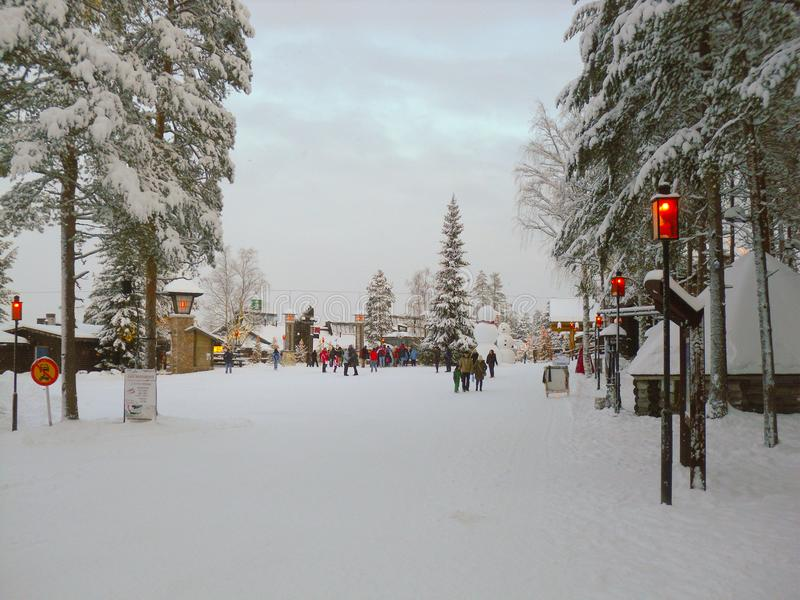 Le bel horizontal de l'hiver avec la neige a couvert des arbres Forêt avec le paysage et les chalets de neige images stock