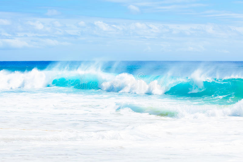 Le bel océan bleu de vert d'aqua arrose le long de la côte hawaïenne images stock