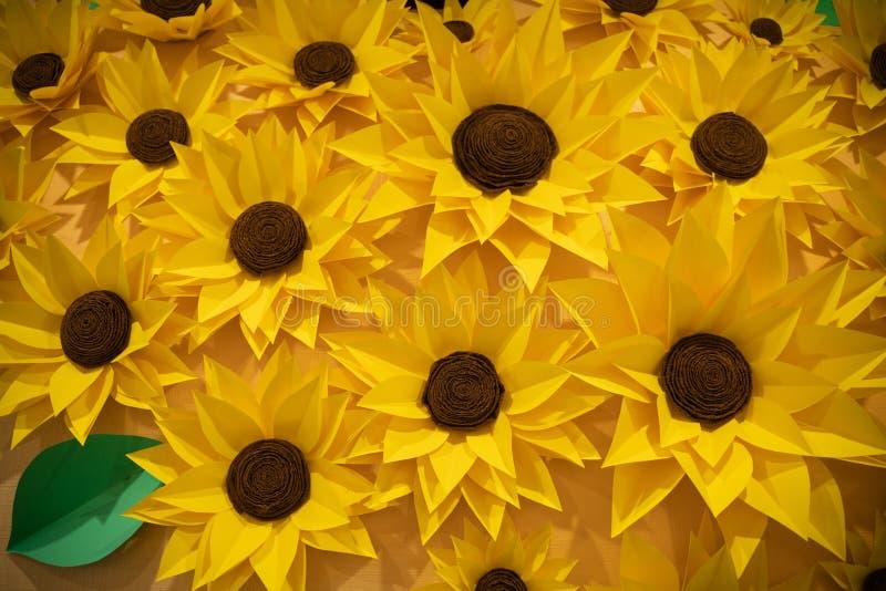 Le bel origami fait main empaquette des tournesols sur le mur beaucoup de belles fleurs jaunes image stock