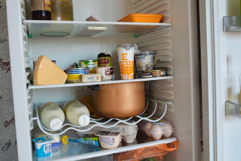 Le Belarus Minsk 06 vue de face 12 2019 de réfrigérateur complètement de la nourriture restant à la maison images stock