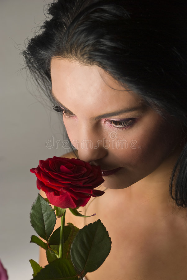 Le belle donne con colore rosso sono aumentato fotografia stock