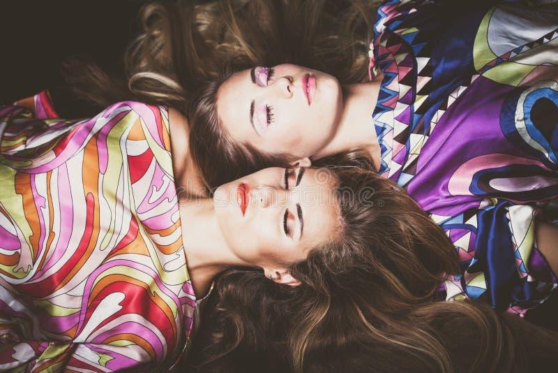 Le belle due giovani donne con bellezza lunga dei capelli biondi adattano la p fotografia stock libera da diritti