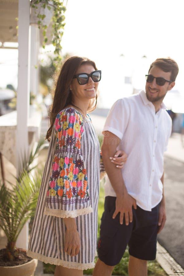 Le belle giovani coppie sorridendo insieme all'aperto fotografia stock libera da diritti