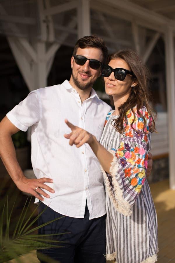Le belle giovani coppie sorridendo insieme all'aperto immagini stock libere da diritti