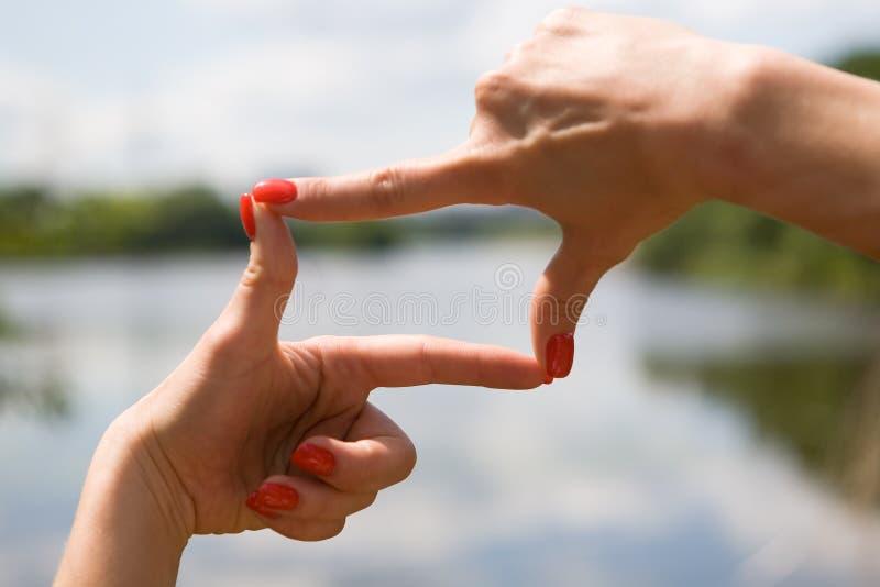 Le belle mani femminili ben curato incorniciano lo spazio fotografie stock libere da diritti