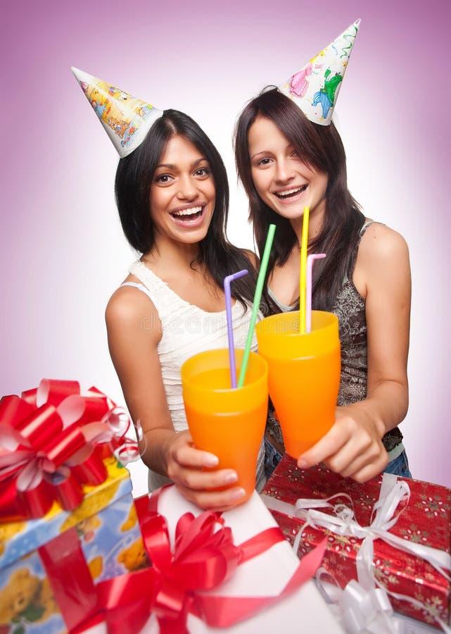 Le belle ragazze celebrano il compleanno immagine stock libera da diritti