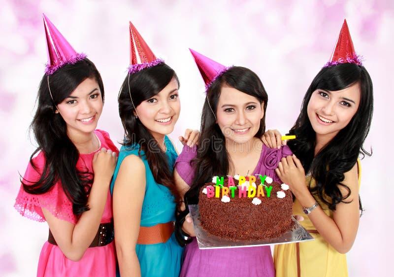 Le belle ragazze celebrano il compleanno immagini stock libere da diritti