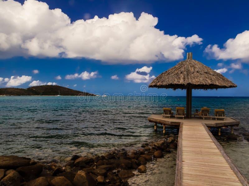 Le belvédère privé de station de vacances se prolonge loin dans l'eau de turquoise des Îles Vierges britanniques photographie stock libre de droits